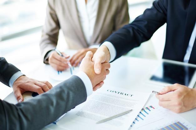 Handshake close-up van de executives Gratis Foto