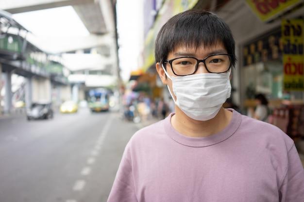 Handsomeman met gezichtsmasker beschermt filter tegen luchtvervuiling (pm2.5) Premium Foto