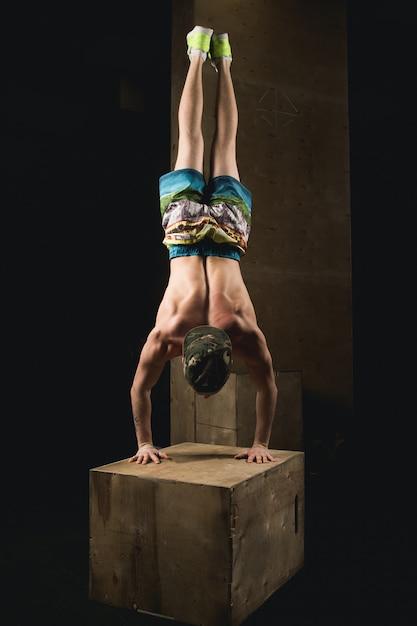 Handstand push-up man training bij sportschool pus ups Premium Foto