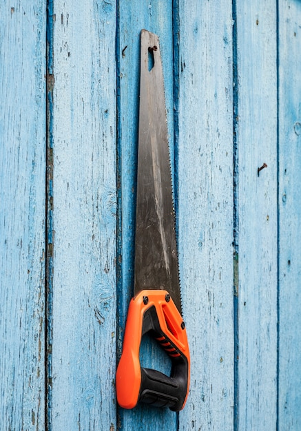 Handzaag voor hout dat aan een spijker hangt Premium Foto