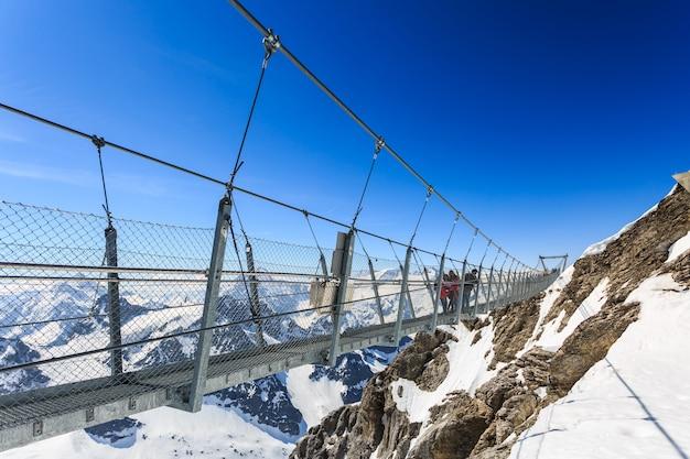Hangbrug op de titlis-berg. Premium Foto