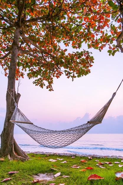 Hangmat op het strand en de zee Gratis Foto