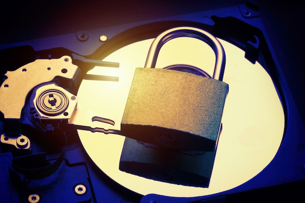 Hangslot op harde schijf hdd van computer. internet data privacy informatie beveiligingsconcept. Premium Foto