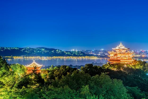 Hangzhou city nightscape en ancient pavilion Premium Foto