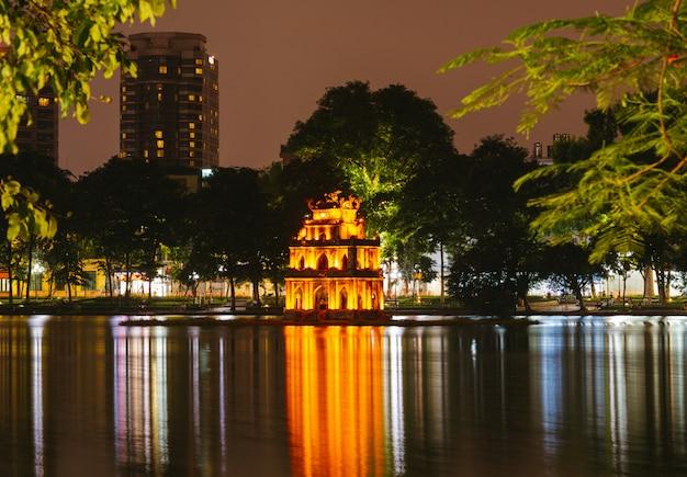 Hanoi vietnam nachtzicht op het hoan kiem-meer, turtle tower. Premium Foto