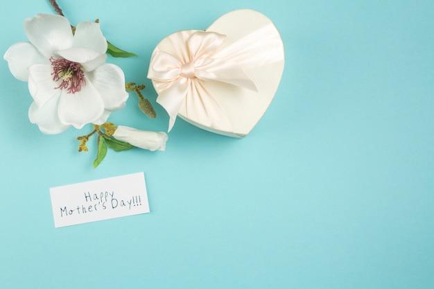 Happy mothers day inscriptie met bloem en cadeau Gratis Foto