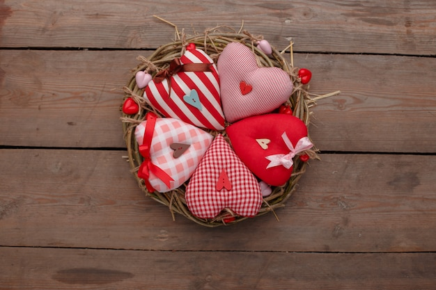 Happy valentijnsdag liefde feest in een rustieke stijl geïsoleerd. Premium Foto