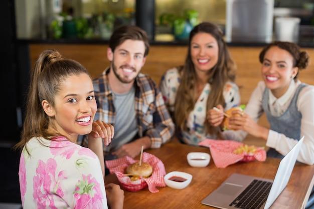 Happy vrienden met hamburger in restaurant Premium Foto