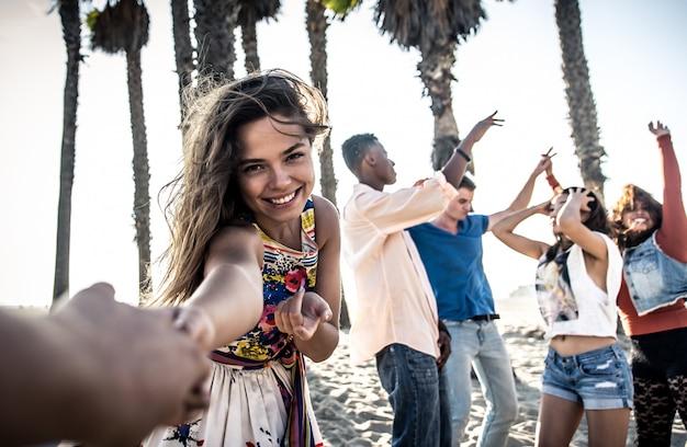 Happy vrienden op het strand Premium Foto