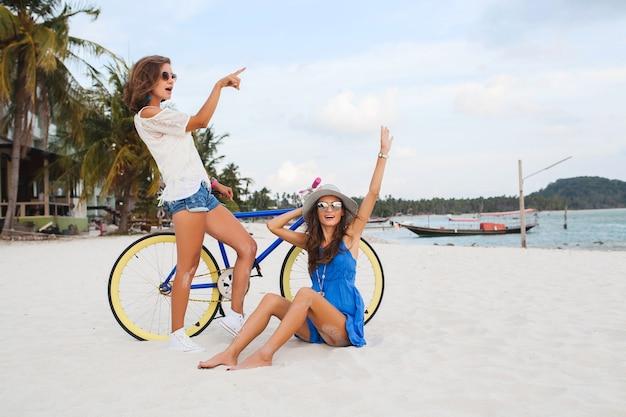 Happy vriendinnen plezier op tropisch strand, vrouwen reizen op vakantie in thailand met fiets Gratis Foto
