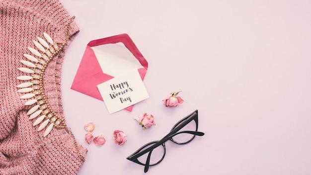 Happy womens day inscriptie met envelop en ketting Gratis Foto