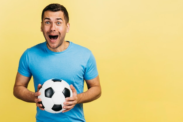 Happyman die een voetbalbal houdt Gratis Foto