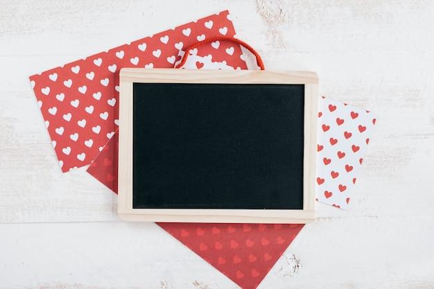 Hart patroon papieren met bord Gratis Foto