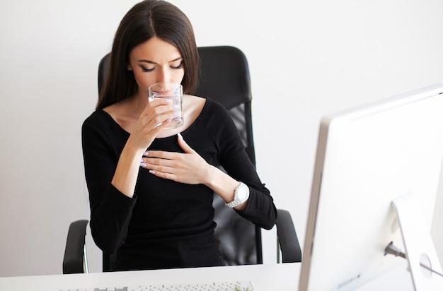 Hart pijn. vrouw die paniekaanval hebben op het werk Premium Foto