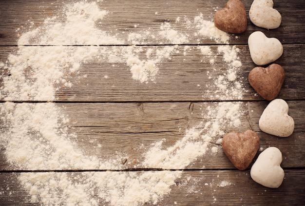 Hart van de cookie op houten achtergrond Premium Foto