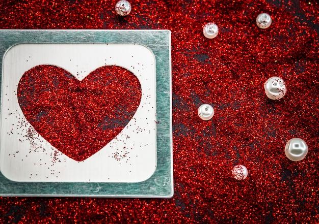 Hart van pailletten op een zwart, valentijnsdag liefde concept Gratis Foto