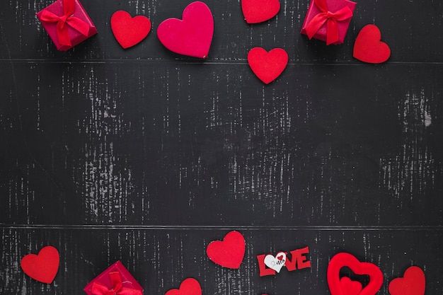 Harten en dozen op zwarte achtergrond Gratis Foto