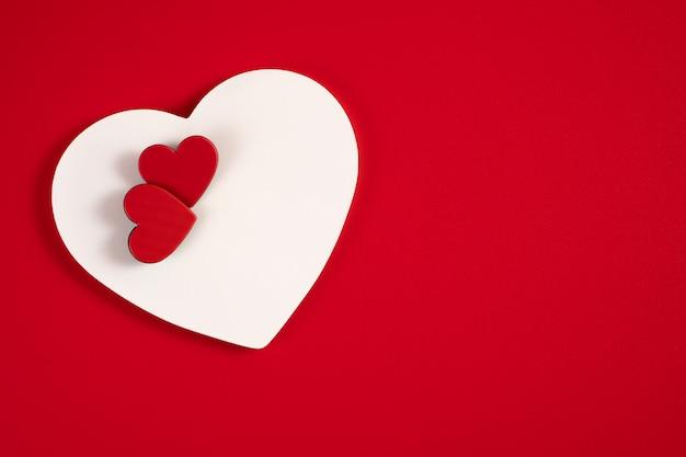 Harten op een rood Premium Foto