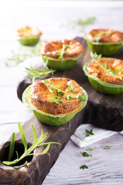 Hartige cheddar kaas en prei miniquiches Premium Foto