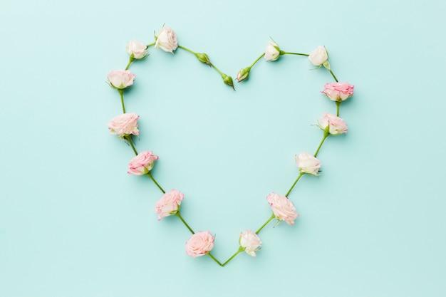 Hartvorm gemaakt van bloemen bovenaanzicht Gratis Foto