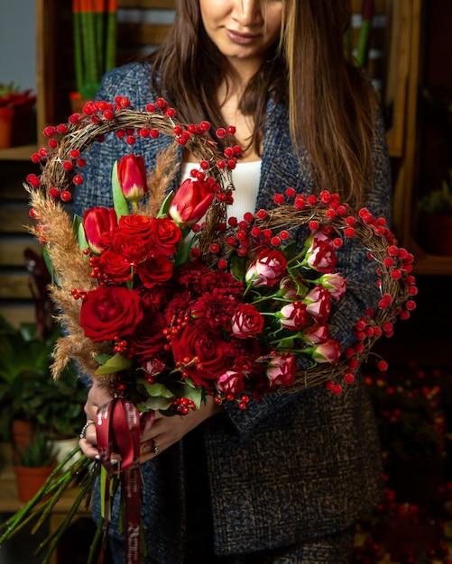 Hartvormig boeket van rode tulpen en rozen Gratis Foto
