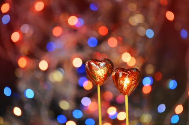 Hartvormig chocoladesnoepjes. rode chocolade harten snoepjes Premium Foto