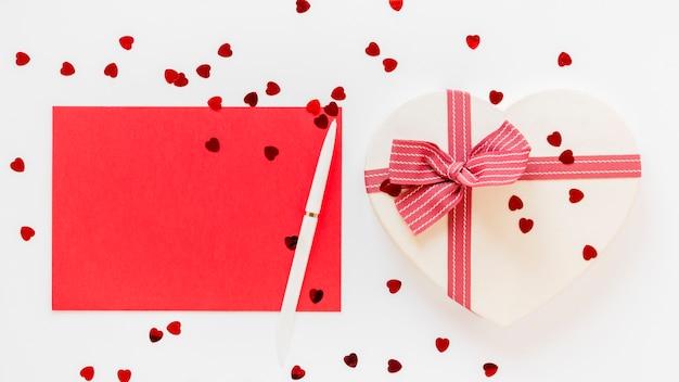 Hartvormig geschenk met pen en papier voor valentijnskaarten Gratis Foto