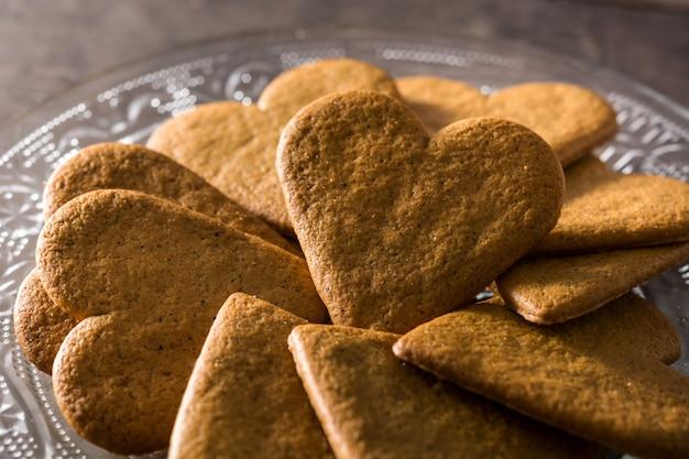 Hartvormig koekje op de dag en het moederdagconcept van houten lijstvalentine. Premium Foto