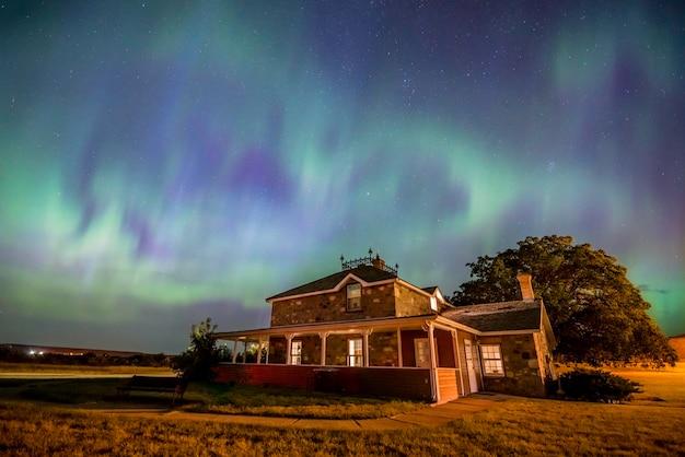 Hartvormige aurora borealis over het historische goodwin house in saskatchewan, canada Premium Foto
