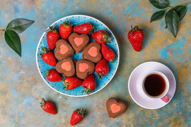Hartvormige chocolade en aardbei koekjes met verse aardbeien, bovenaanzicht Gratis Foto