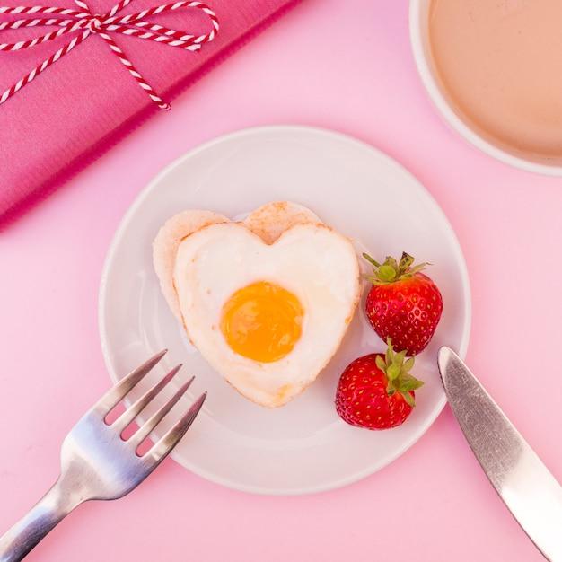 Hartvormige gebakken eieren Gratis Foto