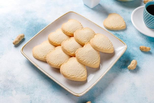 Hartvormige koekjes met pinda. Gratis Foto