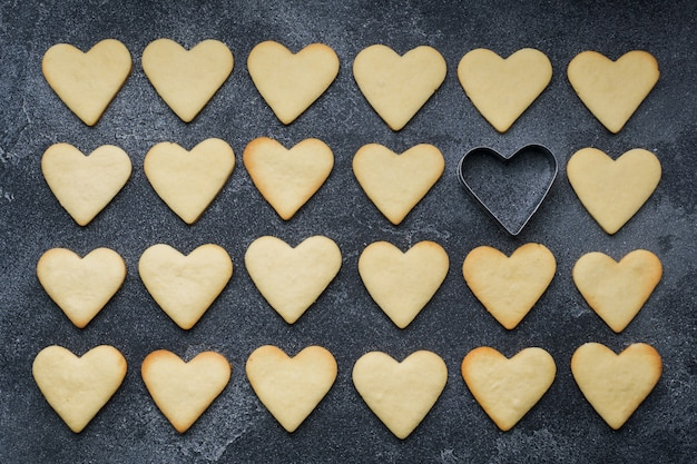 Hartvormige koekjes voor valentijnsdag op donkere achtergrond Premium Foto