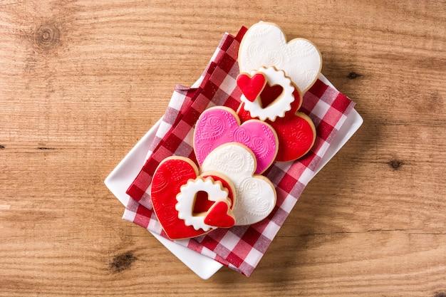 Hartvormige koekjes voor valentijnsdag op houten, bovenaanzicht Premium Foto