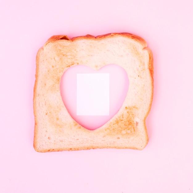 Hartvormige uitsparing in toast Gratis Foto