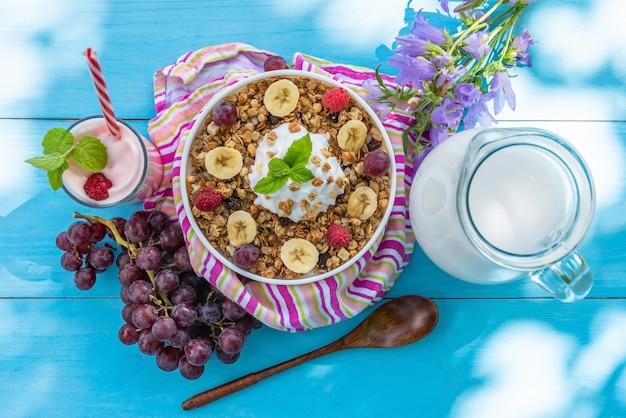 Havermout als ontbijt met melk en milkshake. Premium Foto