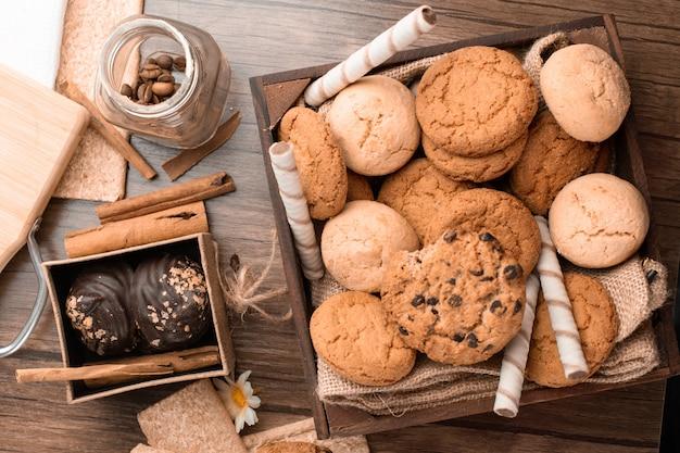Havermout en chocoladekoekjes mengsel. bovenaanzicht Gratis Foto