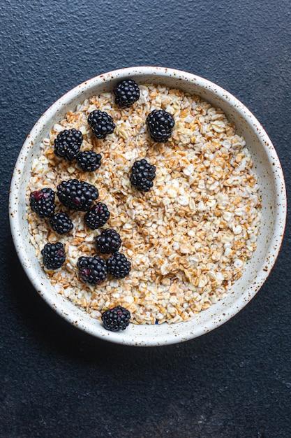 Havermout met bessen in een bord heerlijk ontbijt Premium Foto