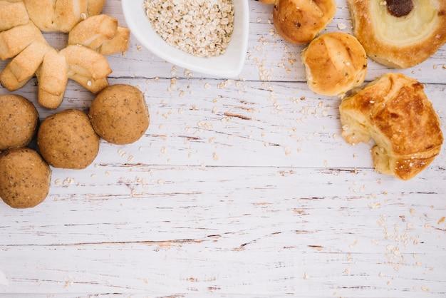 Havermout met verschillende bakkerij op houten tafel Gratis Foto