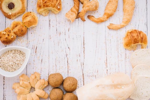 Havermout met verschillende bakkerij op tafel Gratis Foto