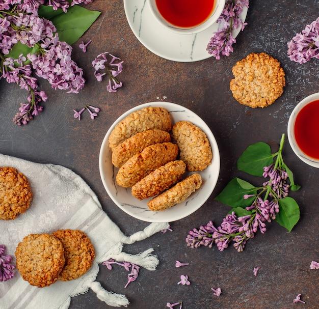 Havermoutkoekjes op de tafel Gratis Foto