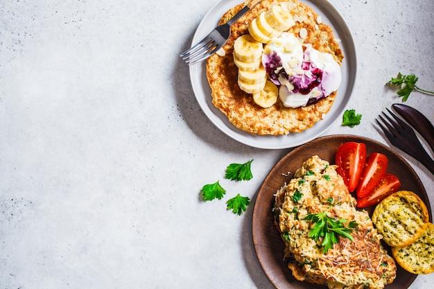 Havermoutomelet met kaas en zoete havermoutpannenkoek, bovenaanzicht, Premium Foto