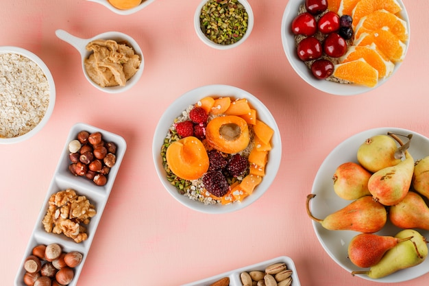 Havervlokken met fruit, noten, pindakaas in kommen Gratis Foto