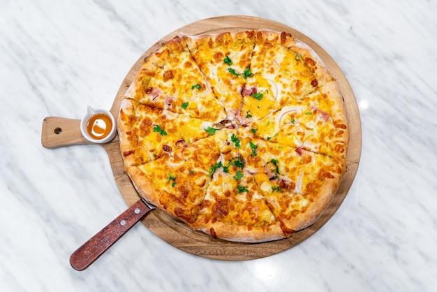 Hawaiiaanse pizza op houten dienblad Premium Foto