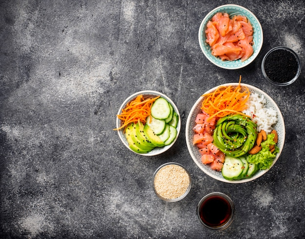 Hawaiiaanse porkom met zalm, rijst en groente Premium Foto