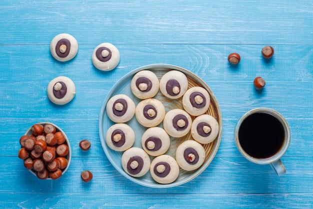 Hazelnootkoekjes met hazelnoten, bovenaanzicht Gratis Foto