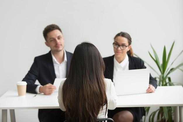 Headhunters interviewen vrouwelijke sollicitant Gratis Foto