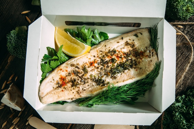 Healhy biologische lunch witte visfilet met citroen Premium Foto