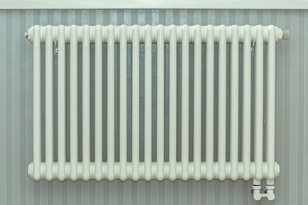 Heating radiator, white radiator in een appartement Premium Foto