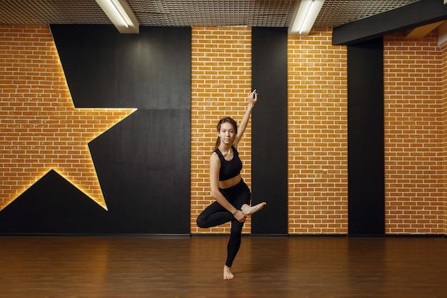 Hedendaagse dansartiest, vrouw in studio Premium Foto